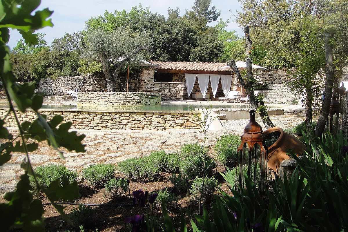 Jardin m diterran en avec implantation piscine et terrasse for Implantation jardin paysager