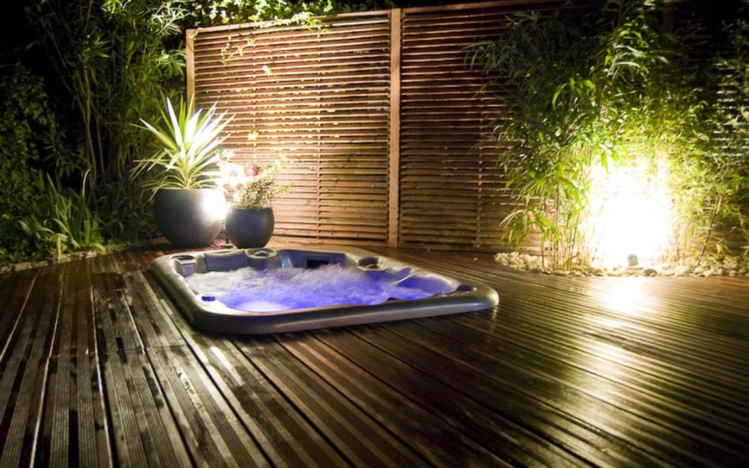 Spa avec végétation et éclairage intégrés